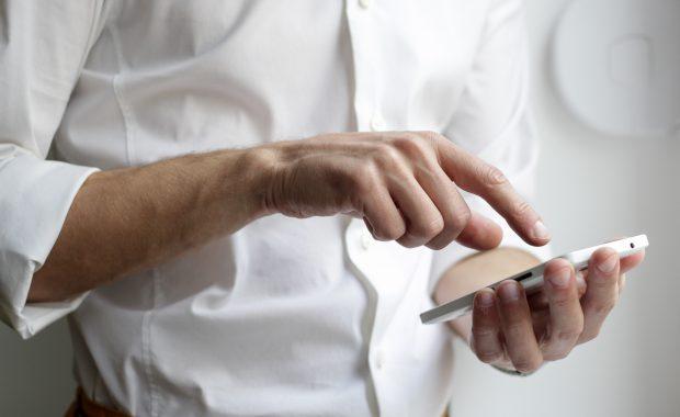 Mann mit einem Smartphone in der Hand